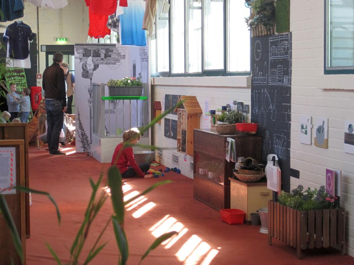 Hinterhöfe Sind Von Jeher Fester Bestandteil Im Alltag Vieler Stadtkinder.  Im Labyrinth Hinterhof Lernen Die Kinder Nachbarn Mit Unterschiedlichen ...